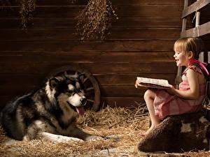 Fotos Hunde Siberian Husky Kleine Mädchen Sitzt Lächeln Buch Kinder Tiere