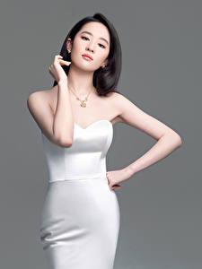 Fotos Asiatisches Grauer Hintergrund Brünette Kleid Posiert Hand Liu Yifei junge frau