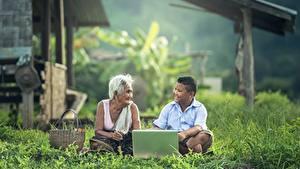 Hintergrundbilder Asiatische Alte Frau Junge Sitzend Gras Notebook 2 Kinder