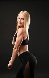 Fotos Fitness Blond Mädchen Posiert Lächeln Starren Mädchens