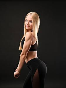 Fotos Fitness Blond Mädchen Posiert Lächeln Starren Sport Mädchens