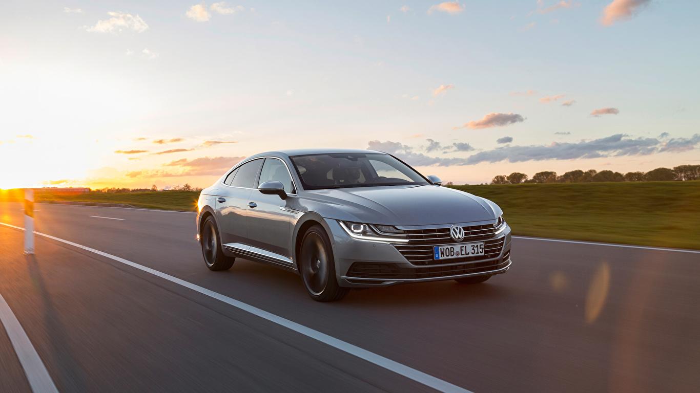 Картинка Фольксваген Arteon 4MOTION Elegance Worldwide Серый едущий машина Металлик 1366x768 Volkswagen серая серые едет едущая Движение скорость авто машины Автомобили автомобиль