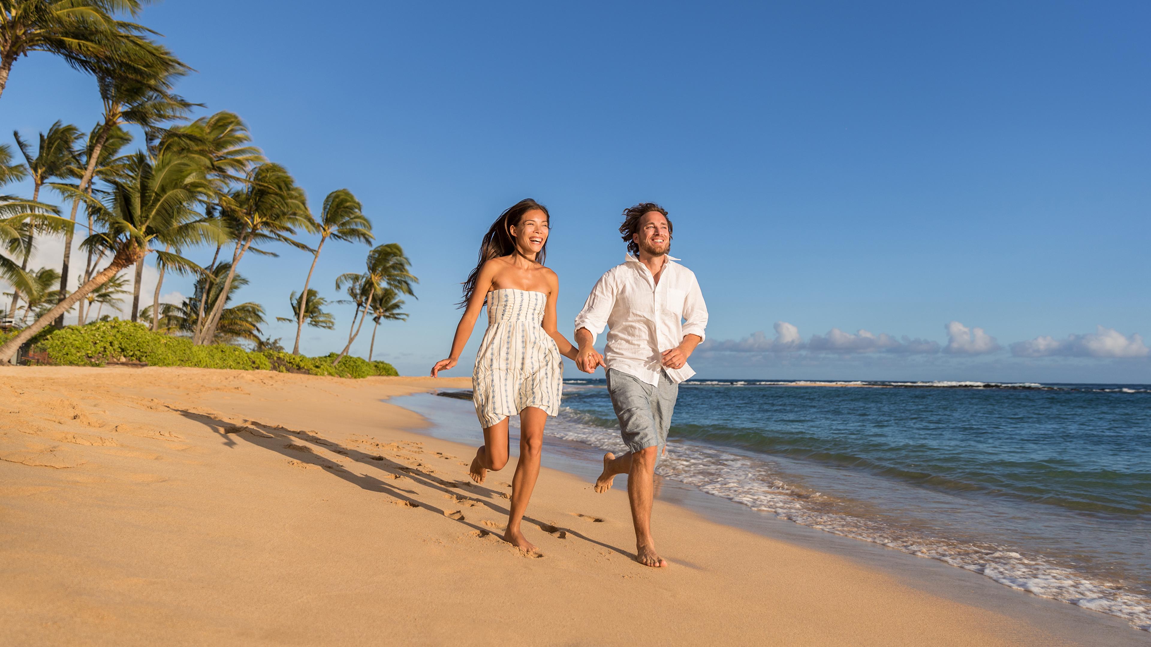 Bilder von Braunhaarige Mann Laufen Freude Zwei Liebe Mädchens Küste Kleid 3840x2160 Braune Haare Lauf Laufsport Glücklich 2