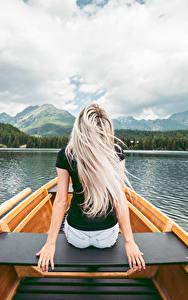 Bilder See Boot Sitzt Hinten Blond Mädchen Hand junge Frauen