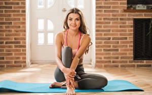 Hintergrundbilder Polina Kadynskaya, Georgia Fitness Braunhaarige Lächeln Sitzt Hand junge frau