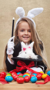 Hintergrundbilder Feiertage Ostern Kaninchen Eier Kleine Mädchen Lächeln Schleife Hasenohren kind