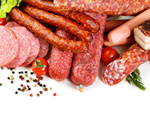 Fotos Fleischwaren Wurst Schwarzer Pfeffer Tomate Weißer hintergrund Lebensmittel