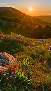 Fotos Russland Krim Herbst Sonnenaufgänge und Sonnenuntergänge Steine Hügel Gras Sonne
