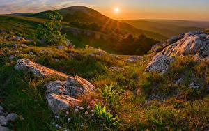 Fotos Russland Krim Herbst Sonnenaufgänge und Sonnenuntergänge Steine Hügel Gras Sonne Natur