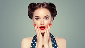 Fotos Grauer Hintergrund Braune Haare Gesicht Rote Lippen Hand Maniküre Mädchens