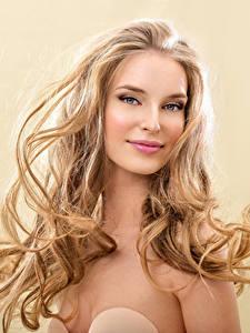 Fotos Farbigen hintergrund Blond Mädchen Lächeln Gesicht Haar