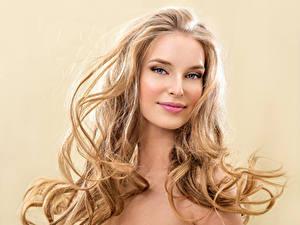 Fotos Farbigen hintergrund Blond Mädchen Lächeln Gesicht Haar Mädchens