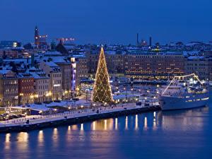 Bilder Neujahr Schweden Stockholm Winter Haus Schiffsanleger Abend Schiffe Tannenbaum Lichterkette Straßenlaterne