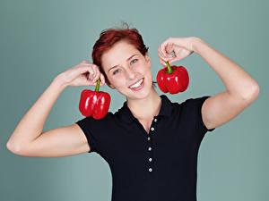 Fotos Peperone Rotschopf Lächeln Hand Starren Farbigen hintergrund Mädchens