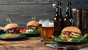 Hintergrundbilder Stillleben Brötchen Hamburger Butterbrot Bier Bretter Flasche Zwei Schaum Trinkglas Lebensmittel