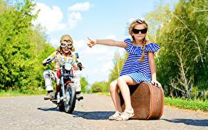 Fonds d'écran Garçon Petites filles Motocycliste Valise Lunettes Les robes Enfants
