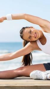 Hintergrundbilder Fitness Sitzend Bein Turnschuh Unterhemd Lächeln Dehnübungen Mädchens