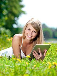 Fotos Felder Tablet-PC Blondine Lächeln Blick junge frau