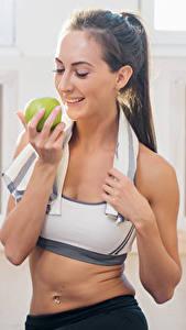 Fotos Fitness Äpfel Lächeln Sport Mädchens