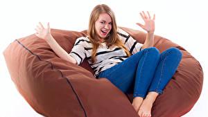 Hintergrundbilder Weißer hintergrund Blondine Sessel Sitzend Glücklich Hand Mädchens