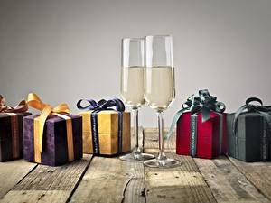 Bilder Bretter Schachtel Geschenke Schleife Weinglas