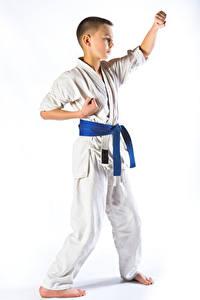 Hintergrundbilder Weißer hintergrund Jungen Uniform Trainieren karate Kinder