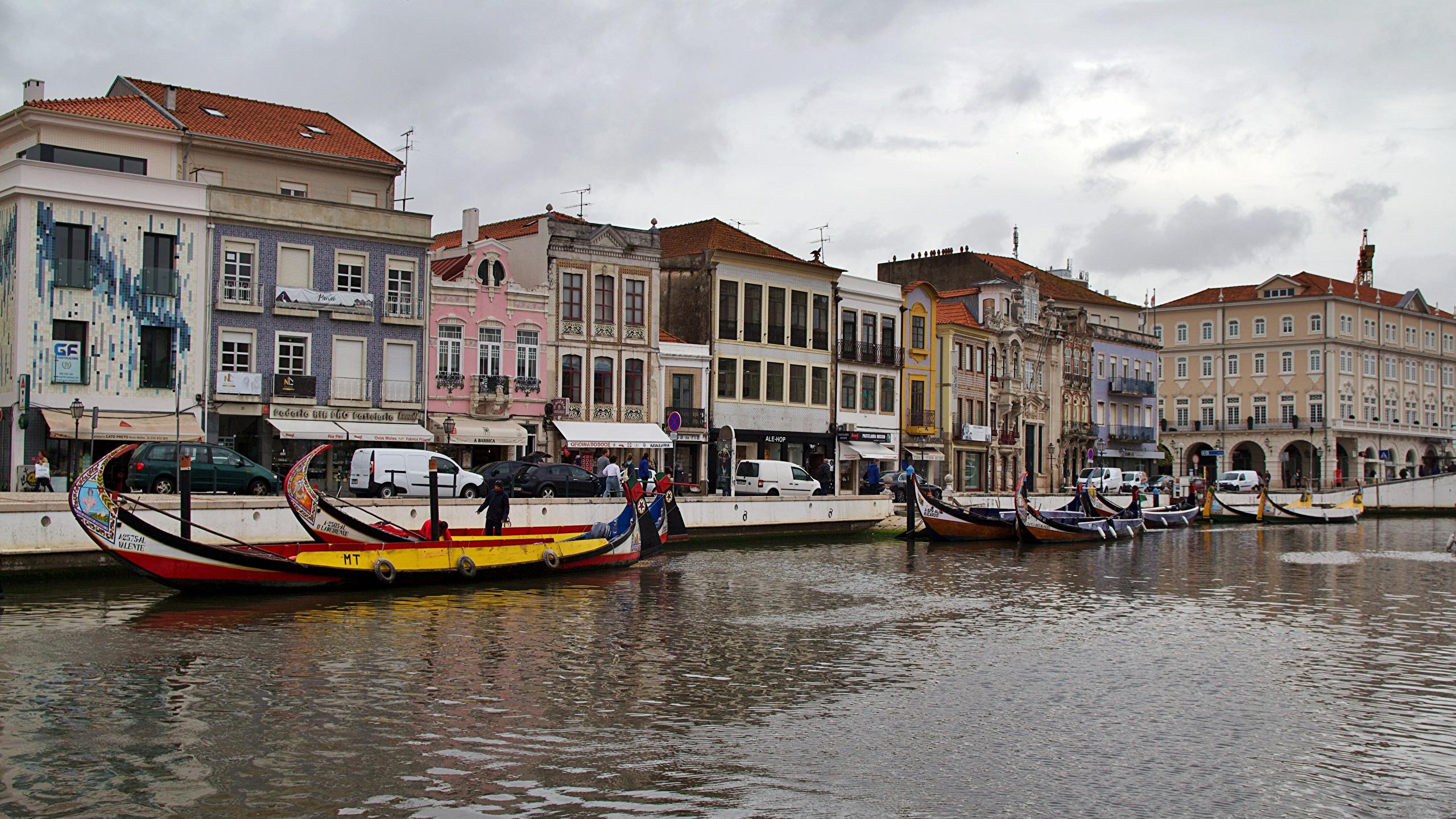 Tapety Portugalia Aveiro Kanał wodny Łodzie miasto budynki 2560x1440 łódź Domy Miasta budynek