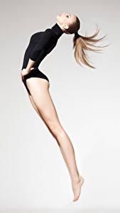 Hintergrundbilder Gymnastik Braune Haare Trainieren Sprung Bein Sport Mädchens