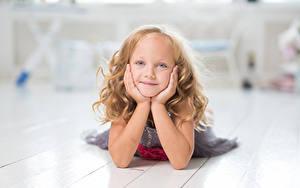 Fotos Kleine Mädchen Starren Hand Kinder