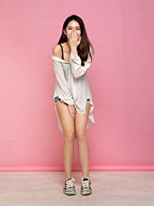 Hintergrundbilder Asiatisches Braunhaarige Posiert Hand Lacht Bein junge Frauen