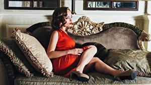 Hintergrundbilder Braunhaarige Couch Bein Stöckelschuh Kleid Mädchens