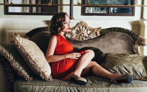 Fonds d'écran Aux cheveux bruns Sofa Jambe Talon aiguille Les robes