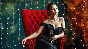 Bilder Sitzen Sessel Glamour Kleid Weinglas Junge Frauen George Dyakov Mädchens