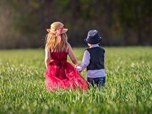 Fotos Gras Zwei Der Hut Kleine Mädchen Junge Hinten Kinder