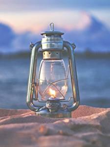 Bilder Petroleumlampe Großansicht Feuer Bokeh Sand