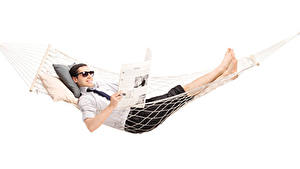 Bilder Mann Weißer hintergrund Hängematte Brille Zeitung