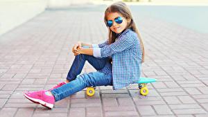 Hintergrundbilder Skateboard Kleine Mädchen Brille Sitzt Hemd Jeans Kinder