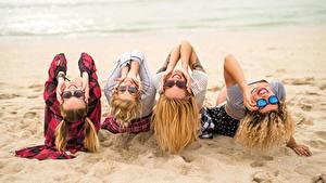 Bilder Strand Sand Dunkelbraun Brille Lächeln junge Frauen