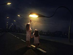 Hintergrundbilder Kreativ Straße Kleine Mädchen 2 Nacht Straßenlaterne Kinder