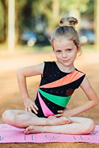 Hintergrundbilder Gymnastik Kleine Mädchen Körperliche Aktivität Sitzt Hand Kinder