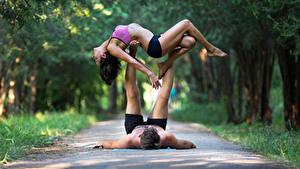 Hintergrundbilder Gymnastik Mann 2 Braune Haare Trainieren Mädchens Sport
