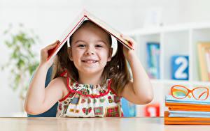Bilder Schule Kleine Mädchen Lächeln Bücher Hand Kinder