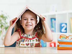 Bilder Schule Kleine Mädchen Lächeln Buch Hand Kinder