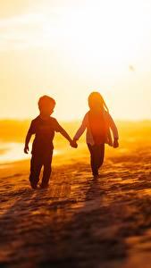 Hintergrundbilder Küste Meer Sonnenaufgänge und Sonnenuntergänge Liebe Jungen Kleine Mädchen Strand kind