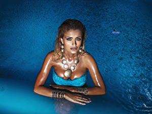 Fotos Schmuck Halskette Schwimmbecken Braune Haare Blick junge Frauen