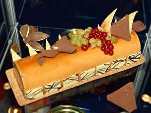 Fotos Süßware Roulade Schokolade Weintraube Johannisbeeren Torte Design das Essen
