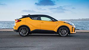 Fotos Toyota Crossover Gelb Metallisch Seitlich Hybrid Autos C-HR Hybrid GR Sport, AU-spec, 2020 automobil