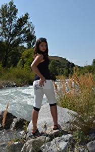 Hintergrundbilder Kleofia model Stein Fluss Braune Haare junge frau
