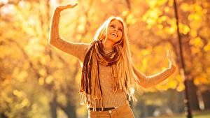 Hintergrundbilder Herbst Blond Mädchen Lächeln Hand Sweatshirt Schal Mädchens
