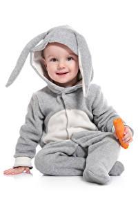 Hintergrundbilder Ostern Kaninchen Mohrrübe Weißer hintergrund Junge Uniform Blick Kinder